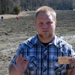 Brandon Kalenda bulduğu elması tutarken